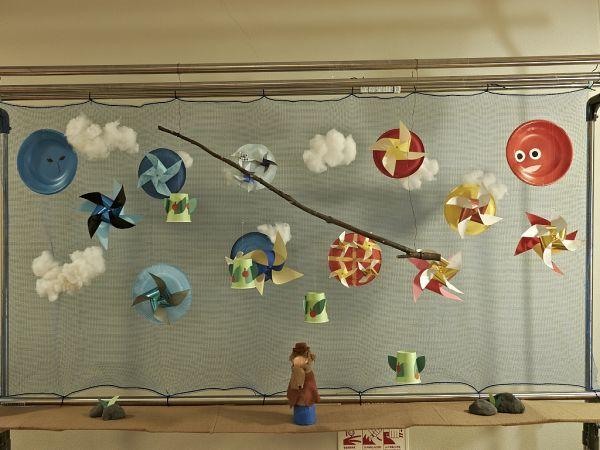 『北風と太陽 ~かざぐるまの世界~』 (物干し台を使った舞台装置的な作品... 玉川学園風車コン